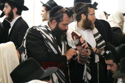 Rubashkin Prays At Ohel Gimmel Tammuz 2009.jpg