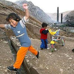 Peruvian kids play near smelter