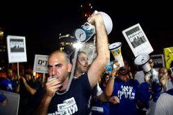 University students protest yeshiva student stipends