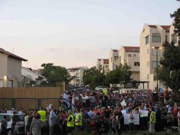 Orthodox Beit Shemesh: Report: More Than 2000 Pro-Modern Orthodox Demonstrate In