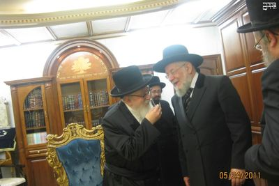 Skvere Rebbe and Rabbi Yisrael Meir Lau 5-24-11 1