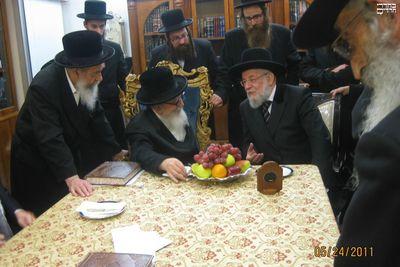 Skvere Rebbe and Rabbi Yisrael Meir Lau 5-24-11 4