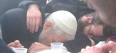 Rabbi Mordechai Elon drink at the grave of the Chabad rebbes closeup