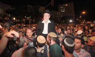 Rabbi Dov Lior on shoulders of protesters 6-27-11