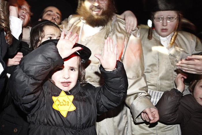 Haredim kid yellow star 2 mea shearim 12-31-2011