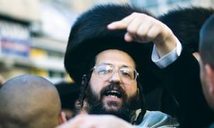Haredi Shtreiml finger point cop