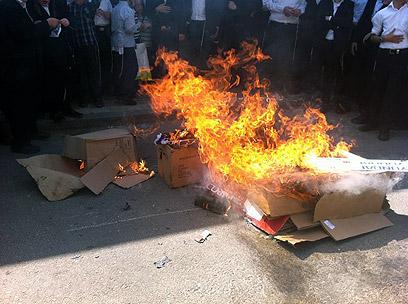 Neturei Karta burning Israeli flags 4-2012