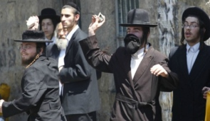 Haredim throw stone at cops Mea Shearim 7-13-11