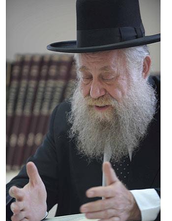 Rabbi Yosef Sheinin hands book