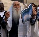 Mordechai burning Mormon book at Kotel just before arrest 4-11-2013
