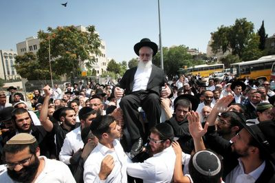 Rabbi Yaakov Yosef on shoulders of supporters 7-3-11