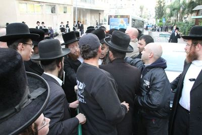 Bostoner Rebbe being detained by security outside Moetzet meeting 2-2013