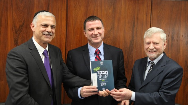 State Comptroller Joseph Shapira presents his annual report to Knesset Speaker Yuli Edelstein and Knesset State Control Committee Amnon Cohen on Wednesday, 5- 8-2013 (photo credit- Knesset spokesperson)