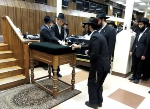 Chabad Messianists get dollars from the late Rebbe 5-26-2013 in 770