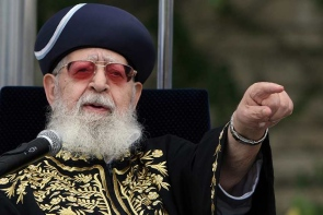 Rabbi Ovadia Yosef finger point