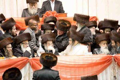 Ken Thompson greeting Satmar Rebbe Zalman Teitelbaum 11-23-2013
