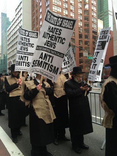 Satmar anti-Israeli march Manhattan 12-24-2013 3
