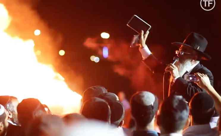 Haredi rabbi burns iPhones, tablet computers in Lag Baomer bonfire 5-2014