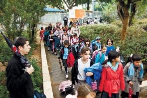 Israeli-children-line-up-for-bus