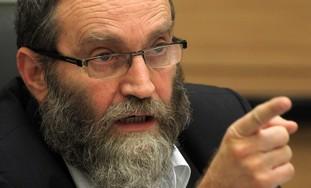 Rabbi Moshe Gafni finger point