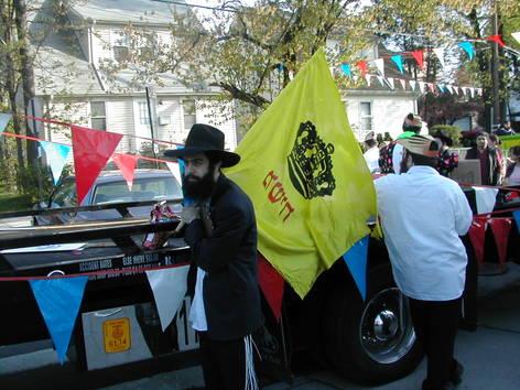 Bochur_with_yellow_m_flag_queens_la